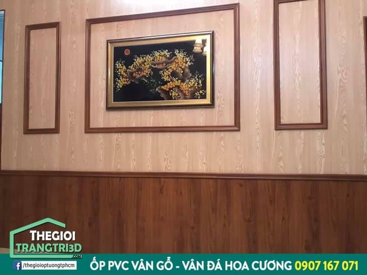 thi công ốp tường giả gỗ kết hợp phào chỉ. Ốp tường pvc giả gỗ làm từ chất liệu tự nhiên và an toàn