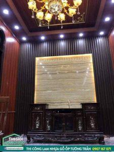 Ứng dụng nhựa giả gỗ ốp tường phòng khách đẹp hoài cổ