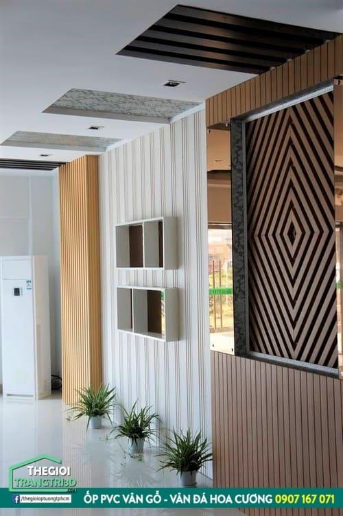 trang trí nội thất hiện đại không thể thiếu lam ốp giả gỗ